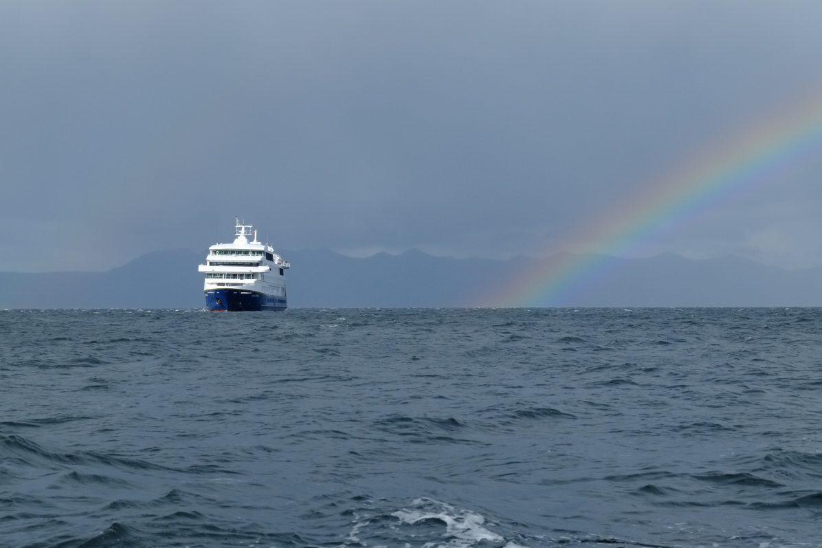 Un arc en ciel et le navire Stella Australis