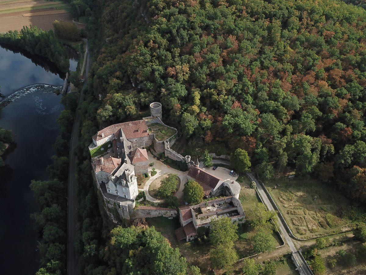 Le chateau de Cénévières vue du ciel