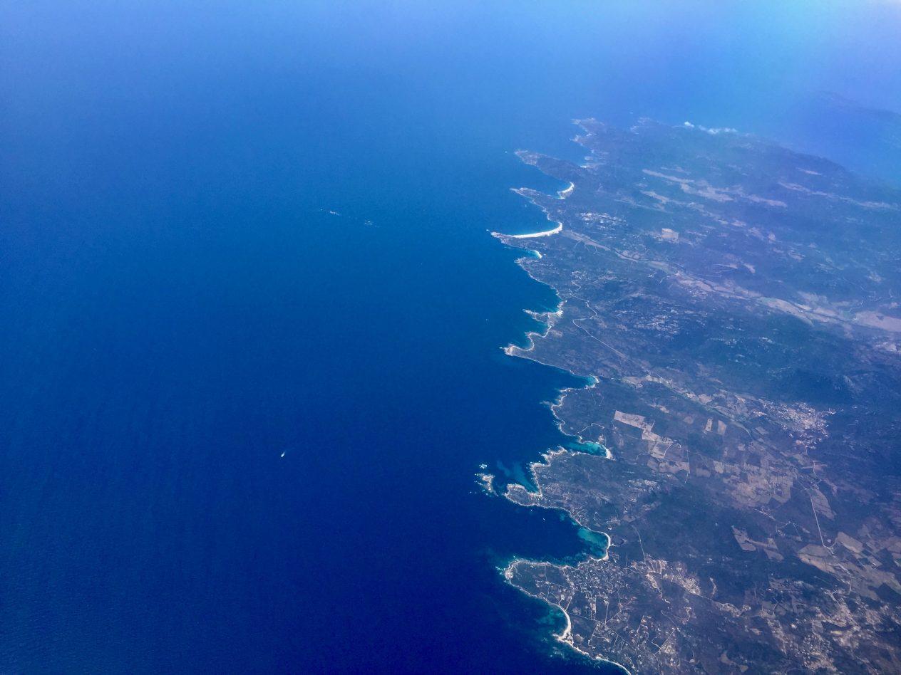 La Corse et le bleu infini de la mer