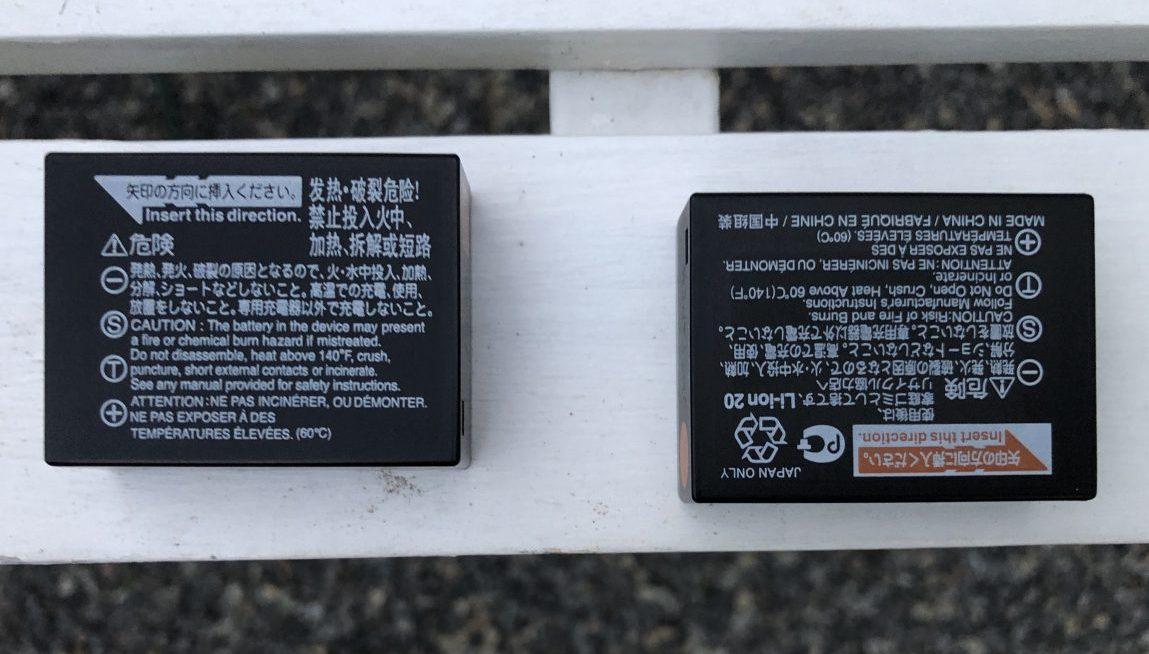 La batterie originale à droite et une batterie générique à gauche
