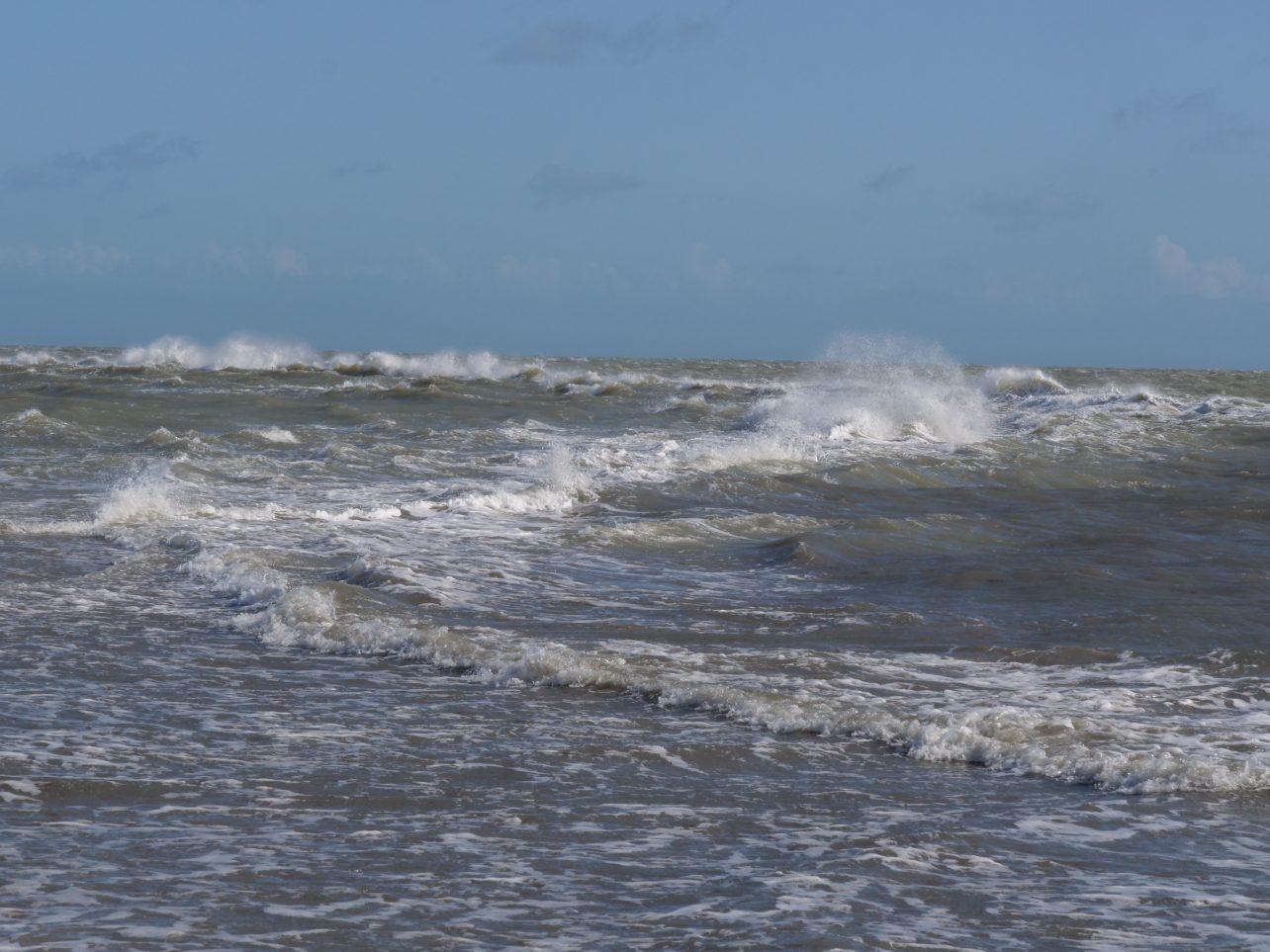 Des vagues sur le banc de sable de