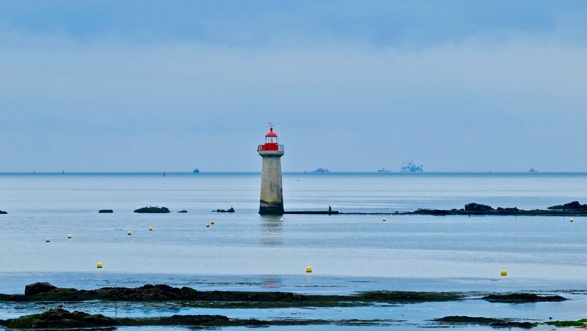 Admirer la côte et le phare de Villès-Marin
