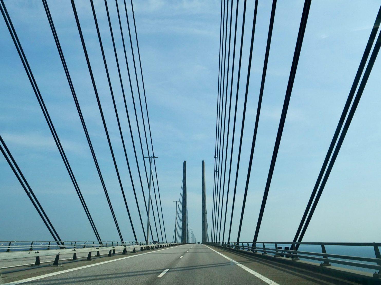 Sous le ciel bleu du Danemark sur le pont d'Oresund