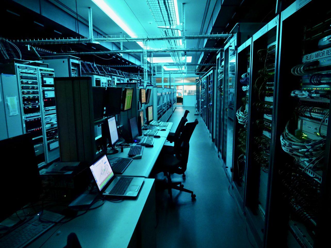 Une lumière bleue et les serveurs de la tour de contrôle