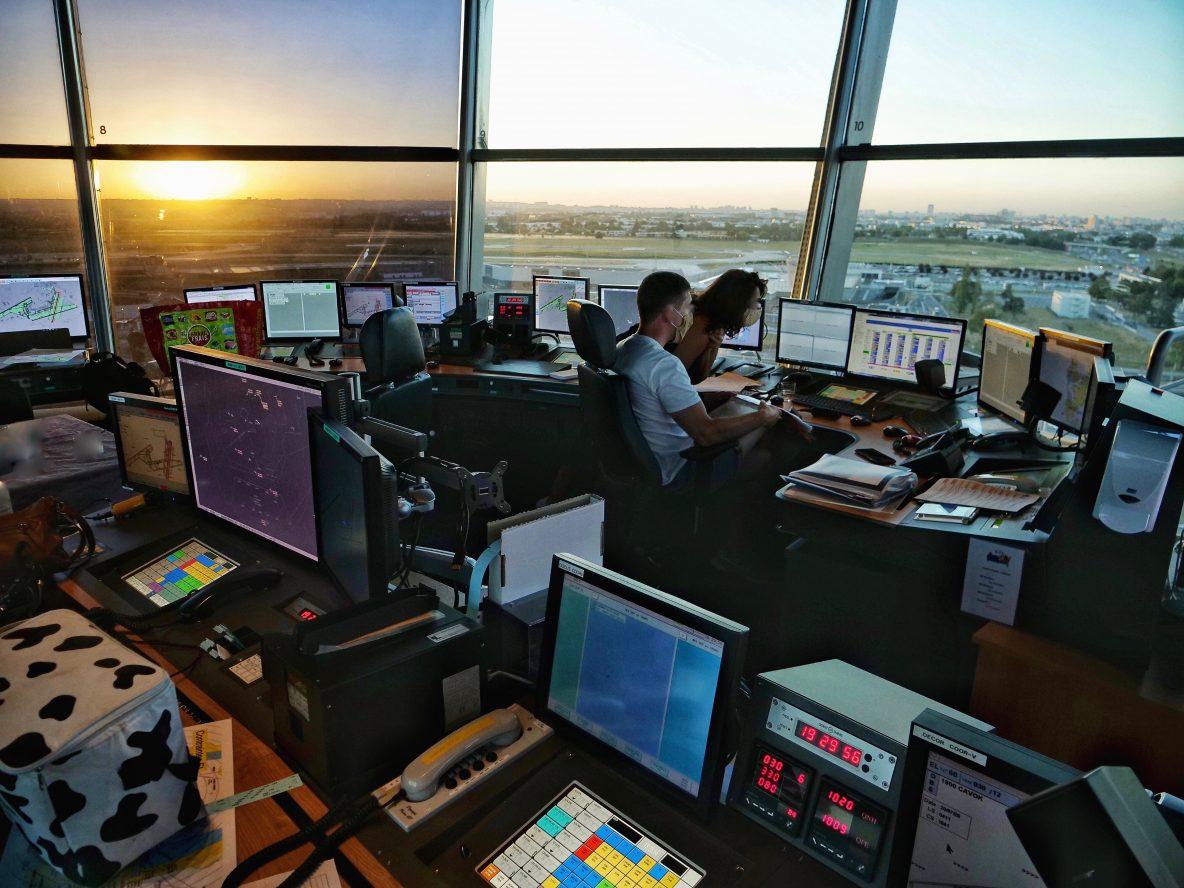 Des écrans, des radars et de puissants ordinateurs pour régler le balai des avions