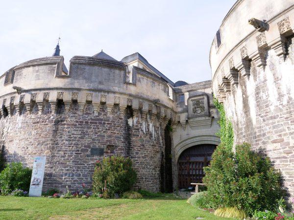 Le château fortifié d'Ancenis sur la rive droite de la Loire