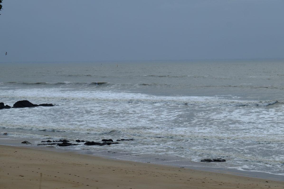 Plusieurs pics devant les rochers permettent de surfer en droite et en gauche