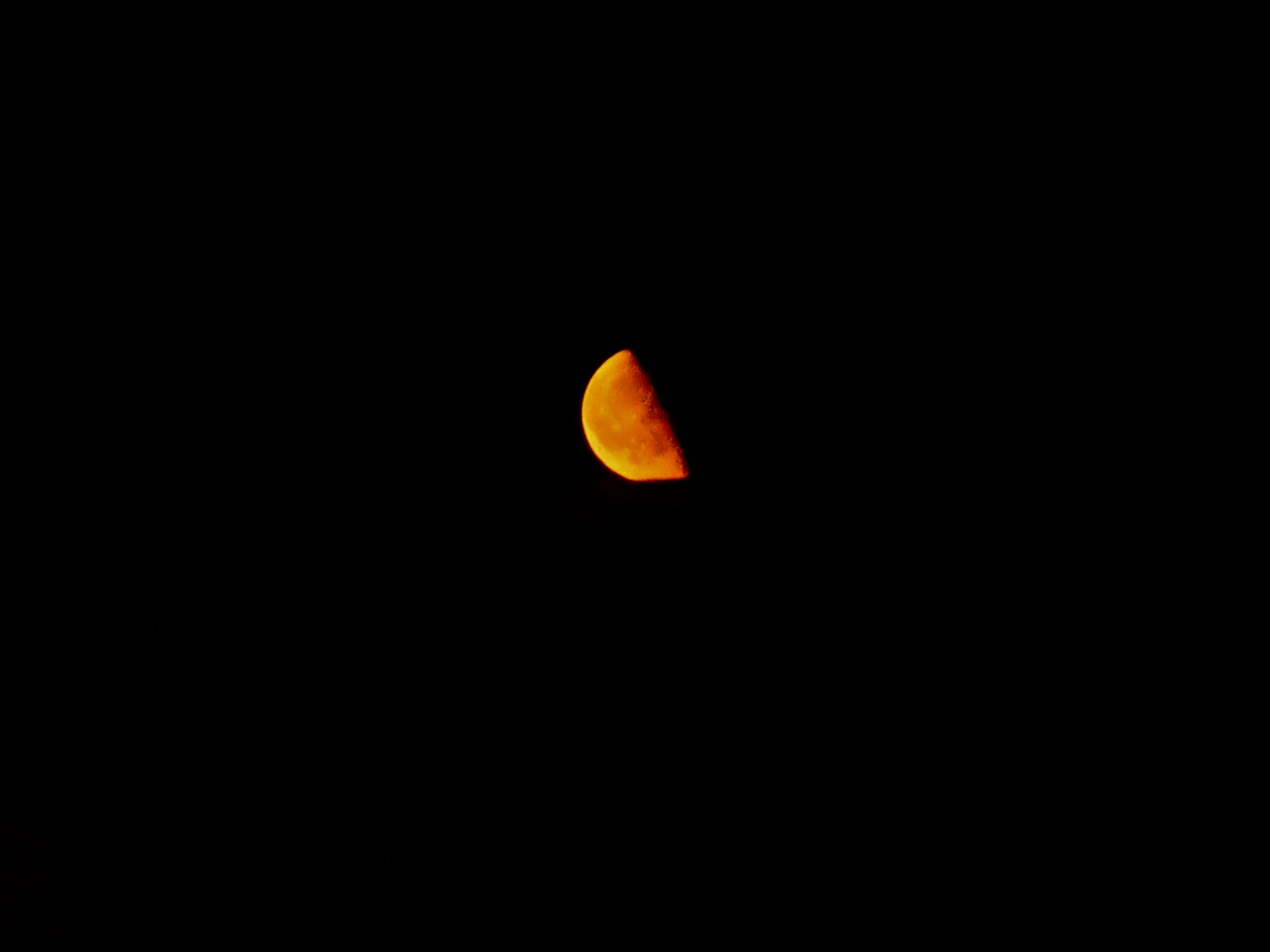 Une Lune rouge