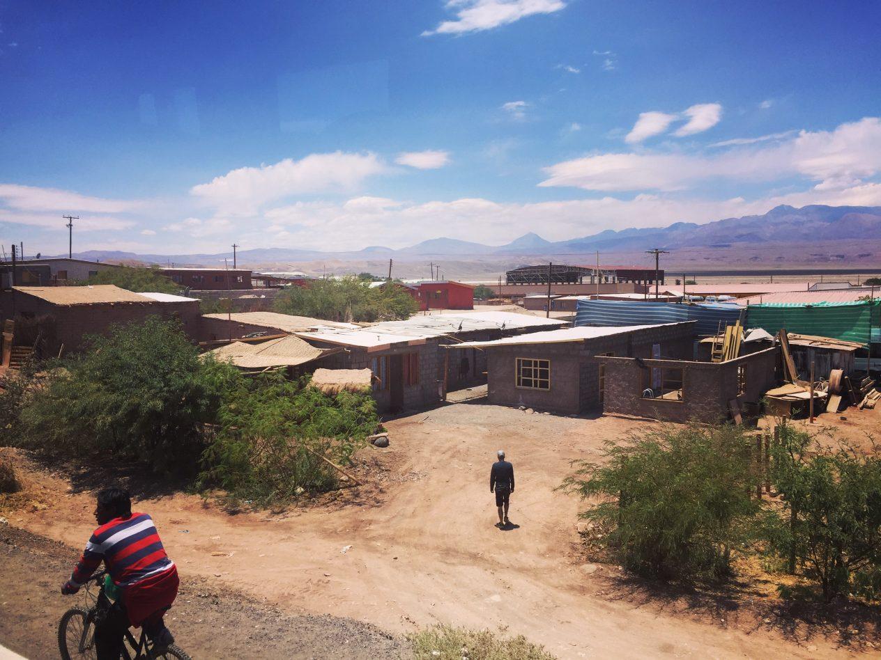 Une arrivée en bus en plein milieu du désert
