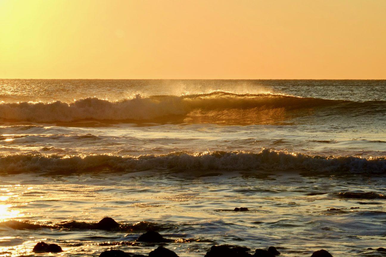 Une dernière vague avant la nuit sur la plage de la Govelle