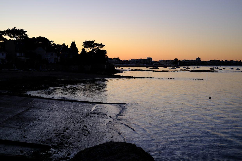 Au Pouliguen le soleil se couche derrière la plage