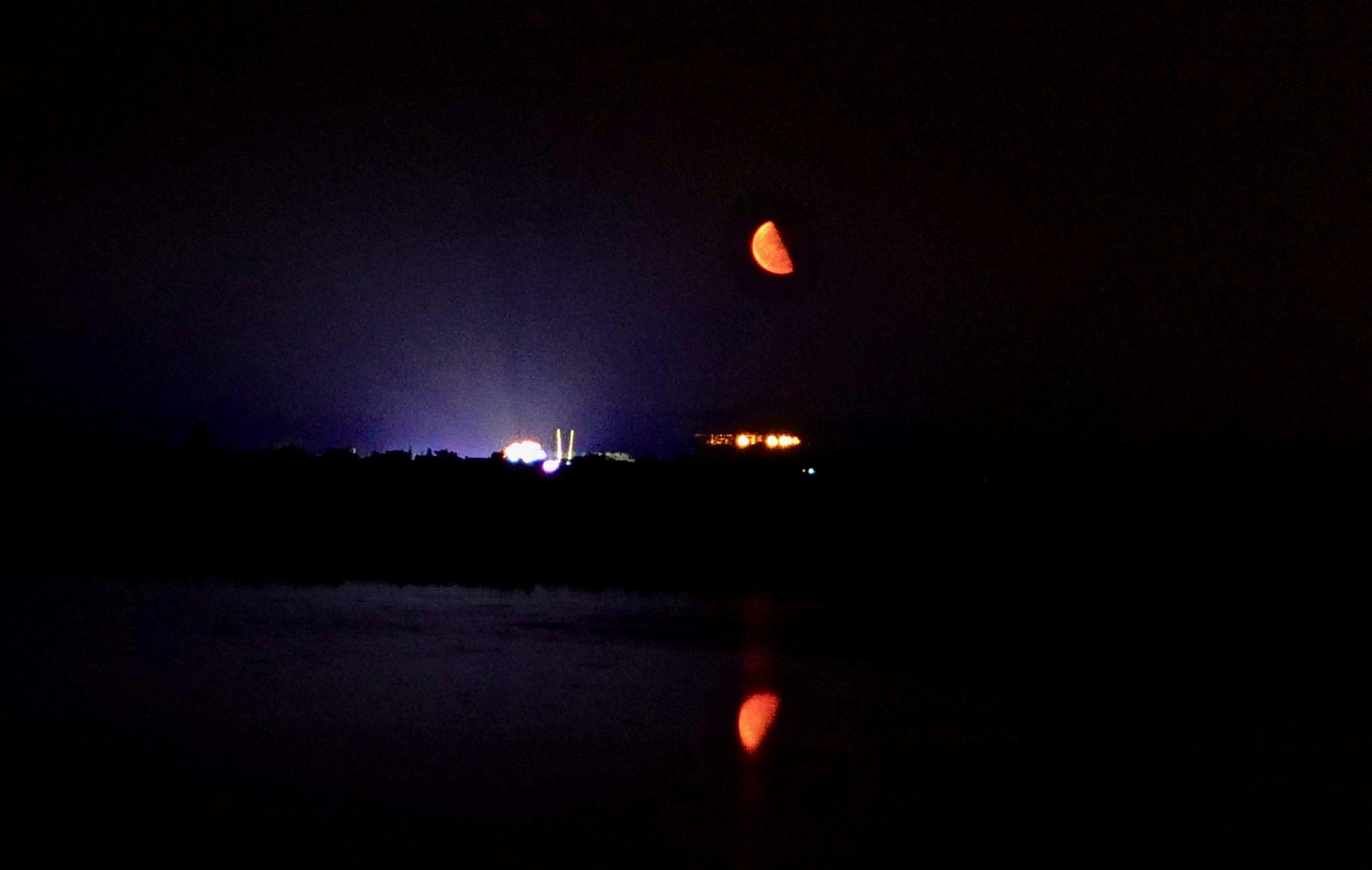Une lune rouge e début de nuit
