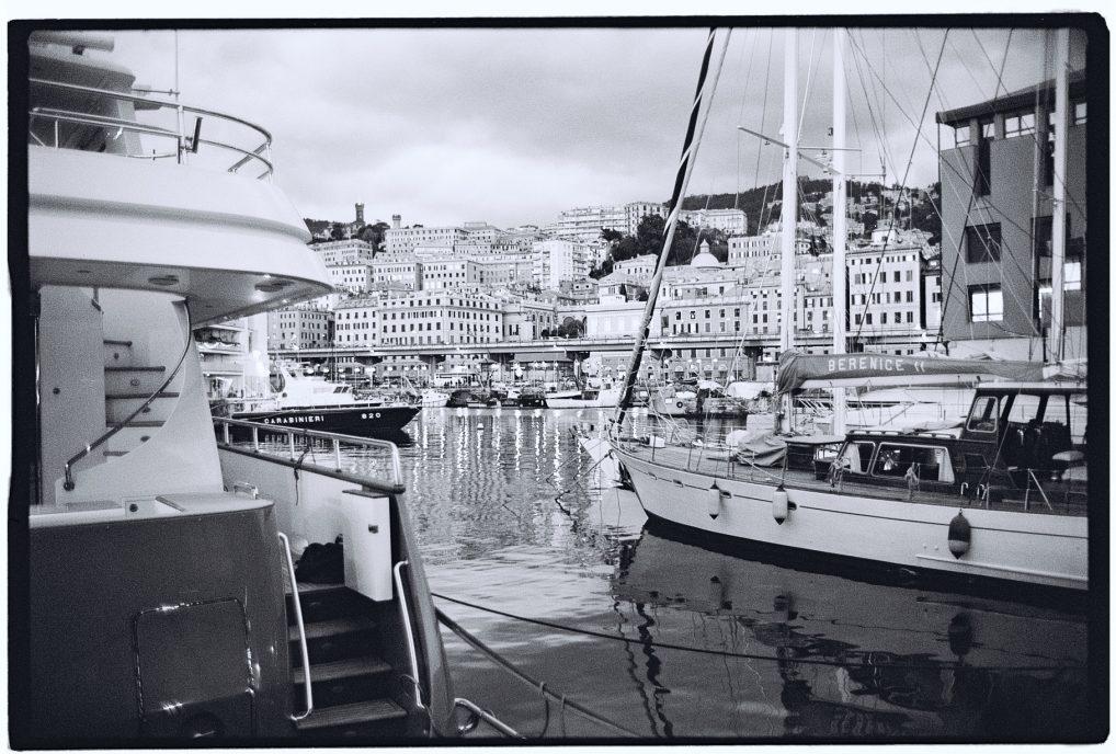 Des yachts luxueux et la ville de Gênes dans les lointains