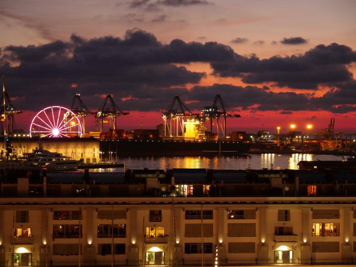 La Grande roue se mélange avec les installations portuaires