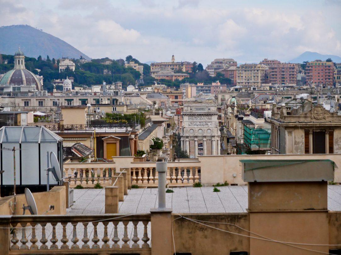 Une vue sur les toits et le port de Gênes