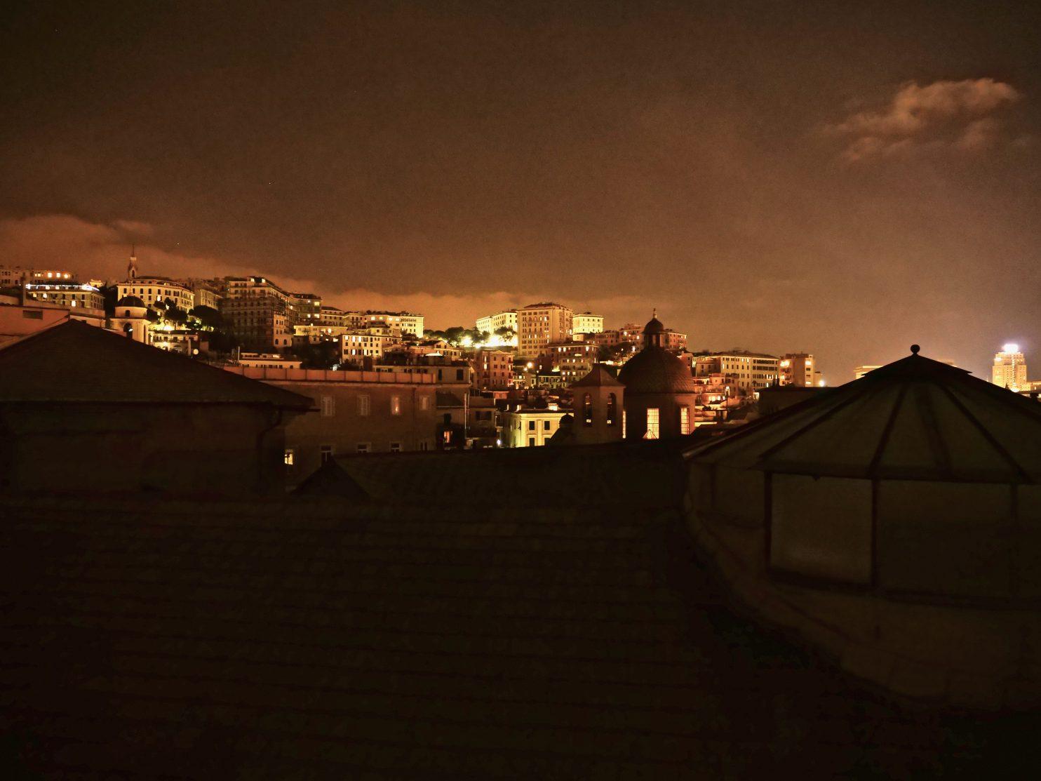 Gênes pendant la nuit depuis les toits de l'université