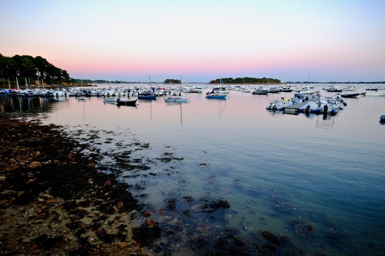 Un port du golfe du Morbihan au crépuscule