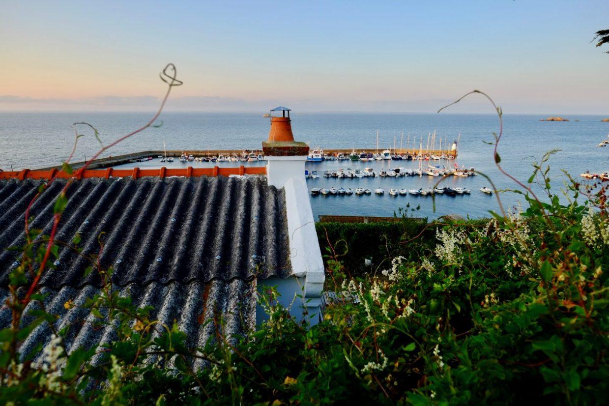 Le joli port de Houat en plein été