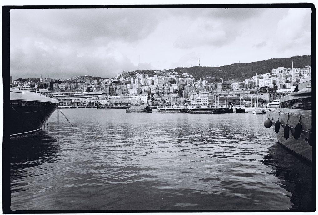 Les eaux calmes du ports de Gênes