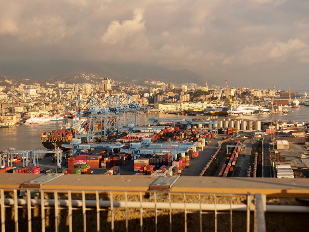 Le port commercial de Gênes