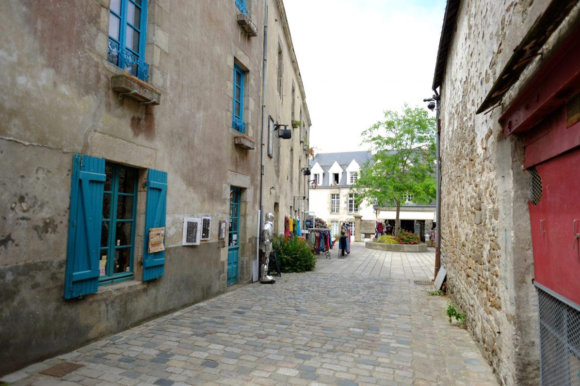 Dans les rues piétonnes de Guérande
