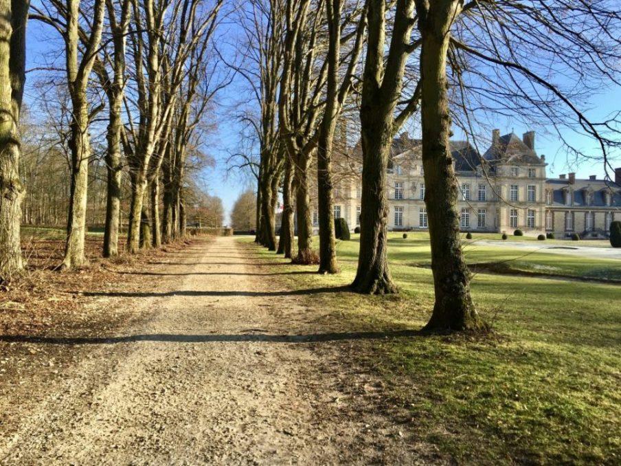 Dans l'une des allées du château de Raray dans l'Oise