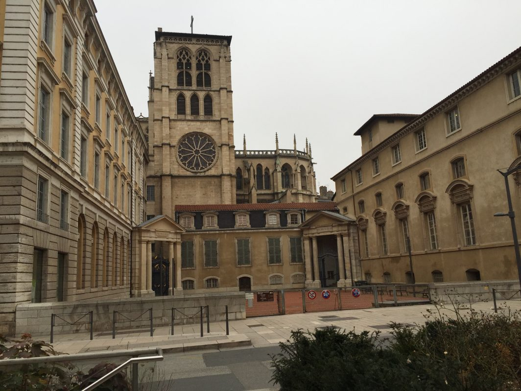 Une vue sur la cathédrale Saint-Jean Baptiste de Lyon
