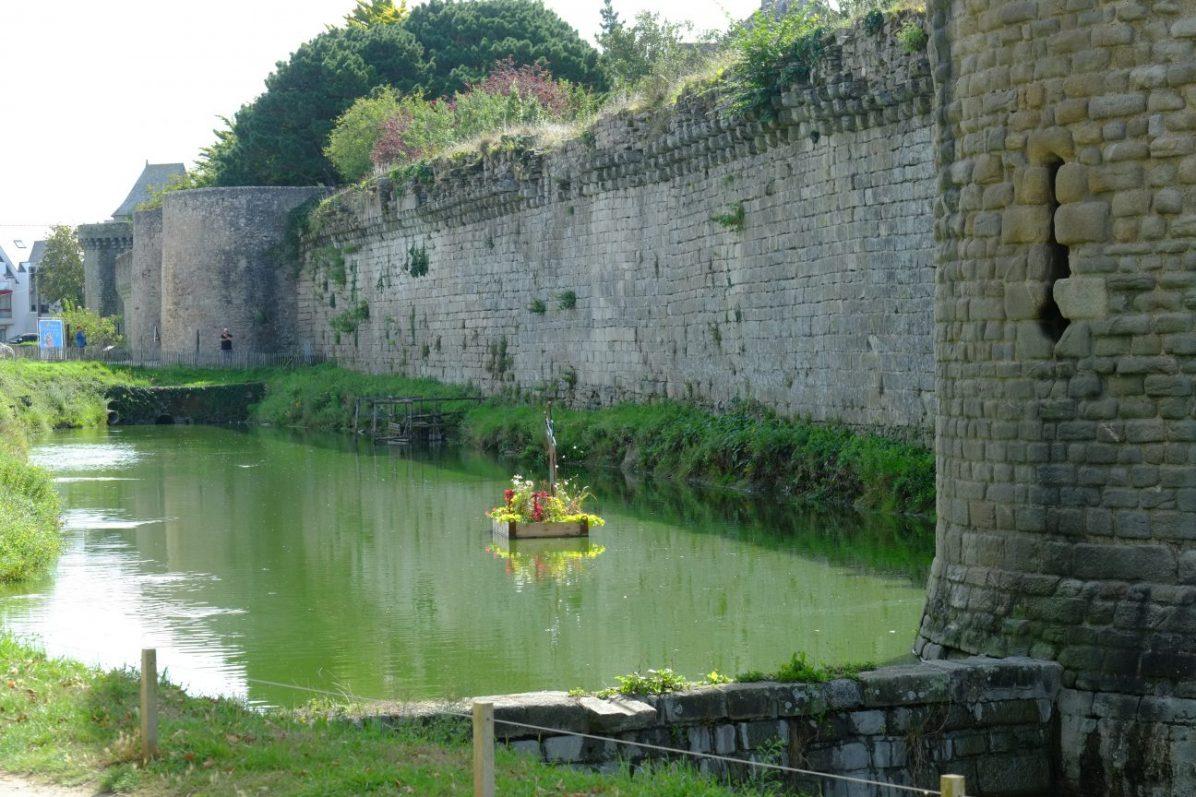 Le mur d'enceinte et les douves de la ville fortifiée de Guérande