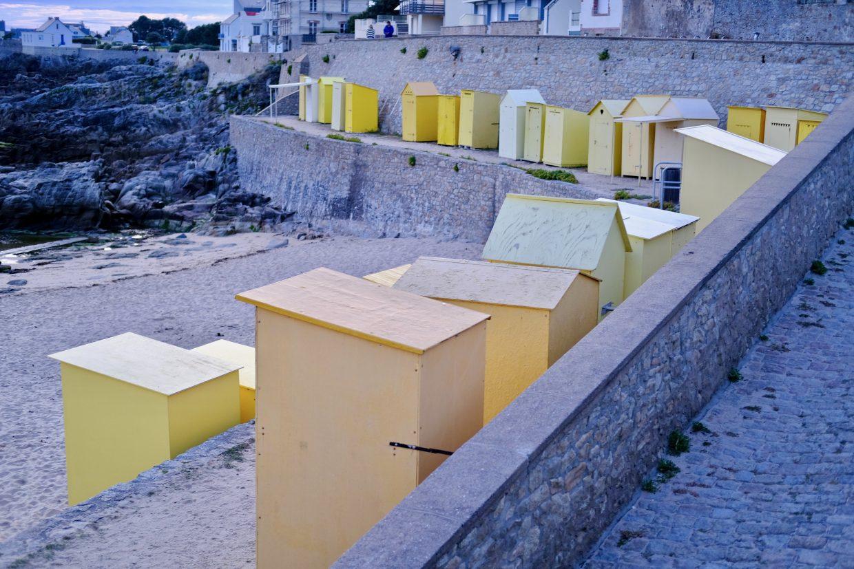 Les petites cabanes jaunes de la plage du bourg du Batz