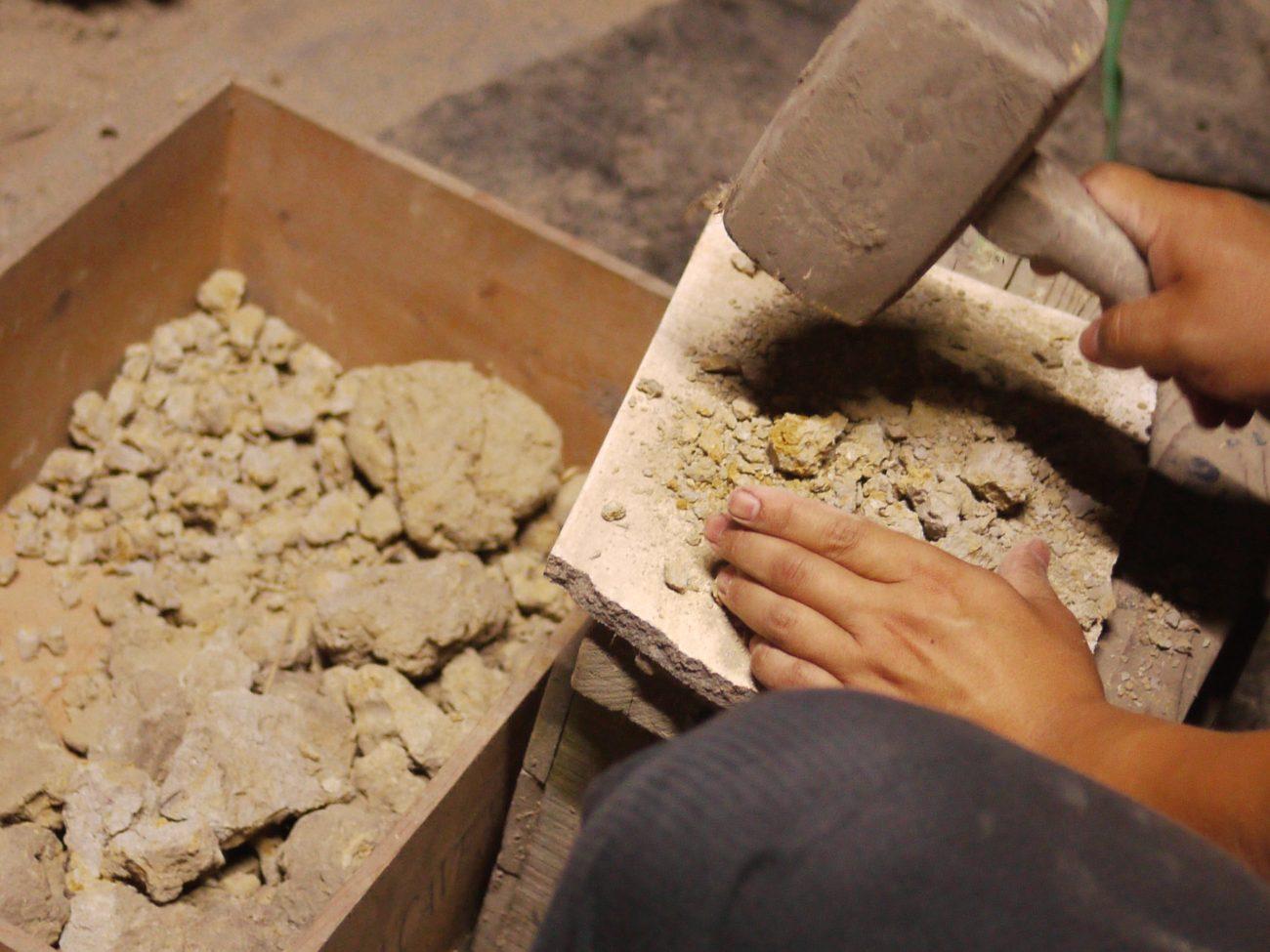 Un potier travaillant la terre à Bizen. crédits : Sokha Keo