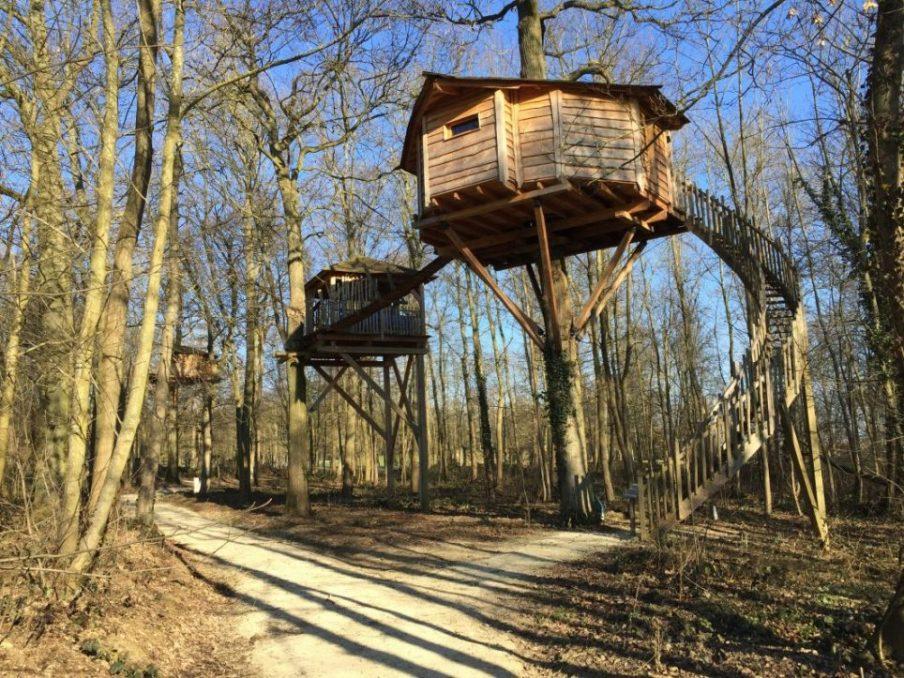 Quelques cabanes dans les arbres dans le parc du château de Raray