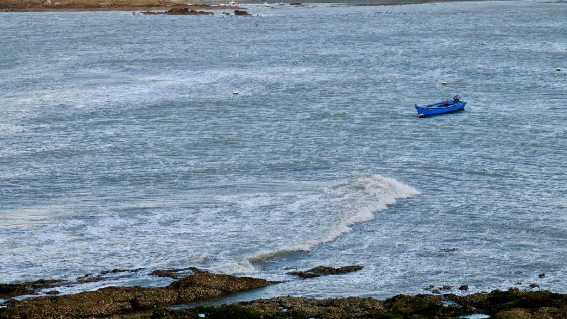 Un petit bateau amarré juste derrière la pointe de Merquel