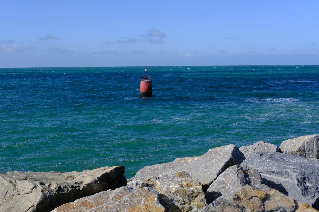 Une balise rouge le long de la jetée de la Turballe