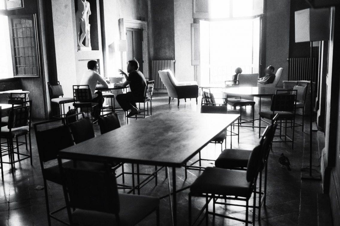 Dans le café de la Villa de Medicis à Rome