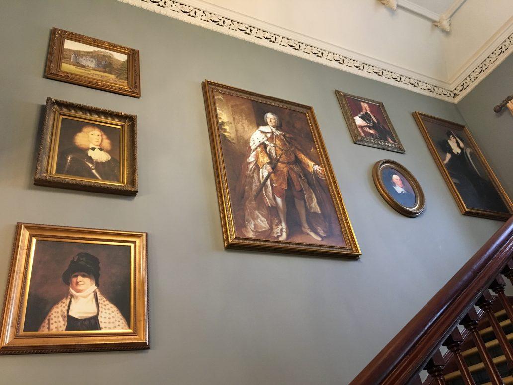 Dans les escaliers d'un château écossais