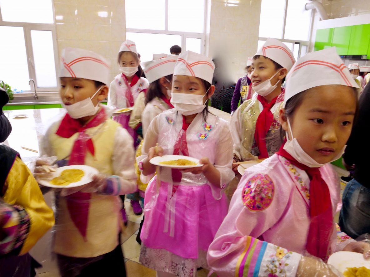 Des enfants apprenant à cuisiner des galettes, Hong di san xian