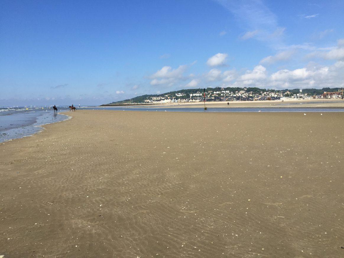 La grande plage de Deauville à marée basse