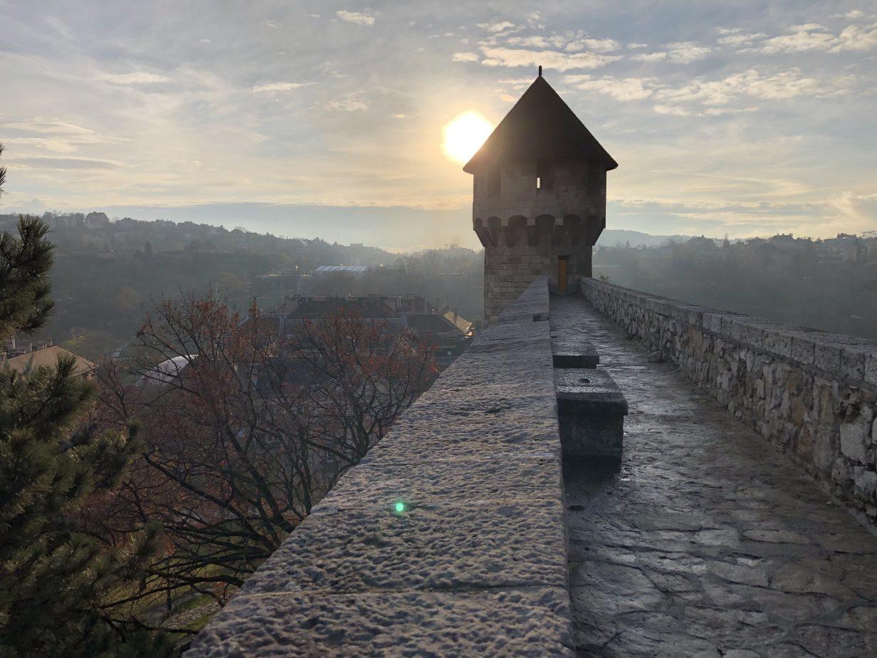 La vue depuis l'un des murs d'enceinte du château Royal de Budapest