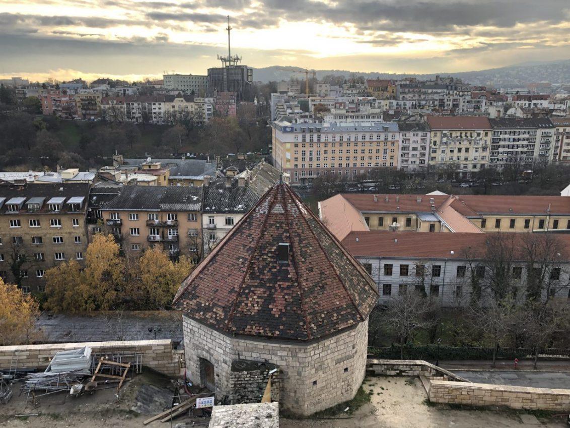 La vue sur colline de Buda depuis le château royal de Budapest