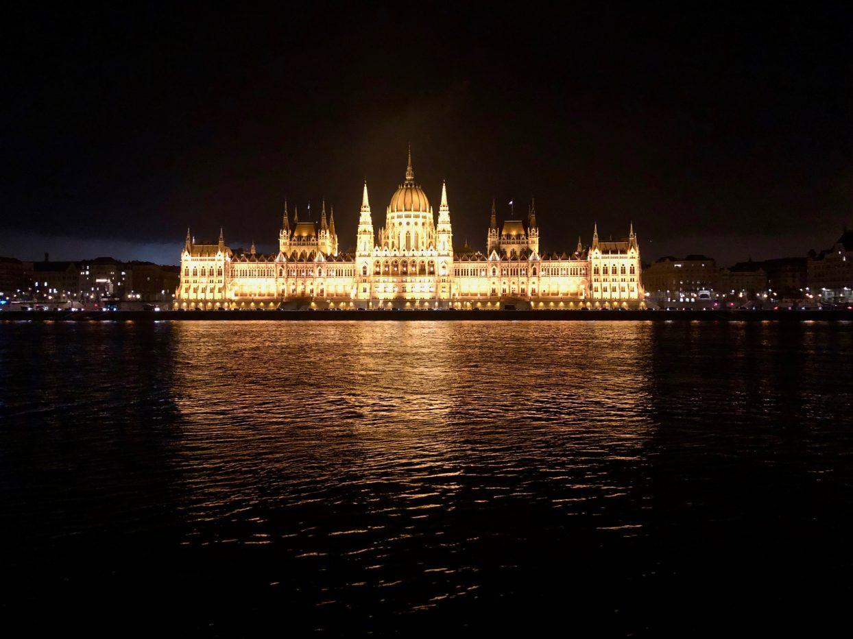 Le parlement de Budapest et le Danube la nuit
