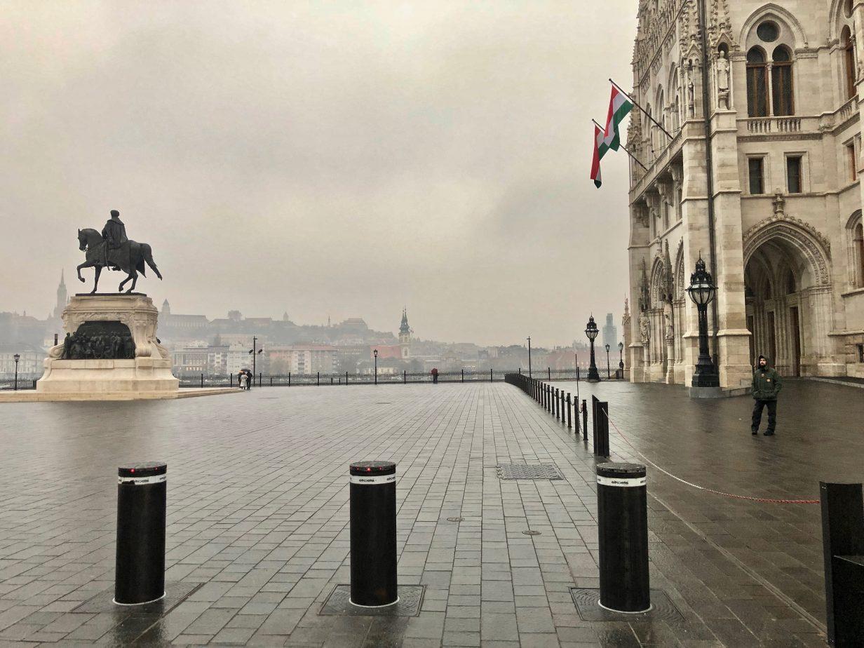 Le parlement hongrois et la rive droite de Buda noyé dans la brume
