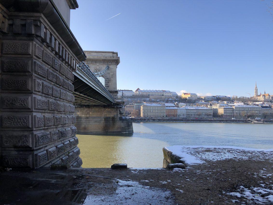 Le pont des chaînes et le Danube sous le soleil