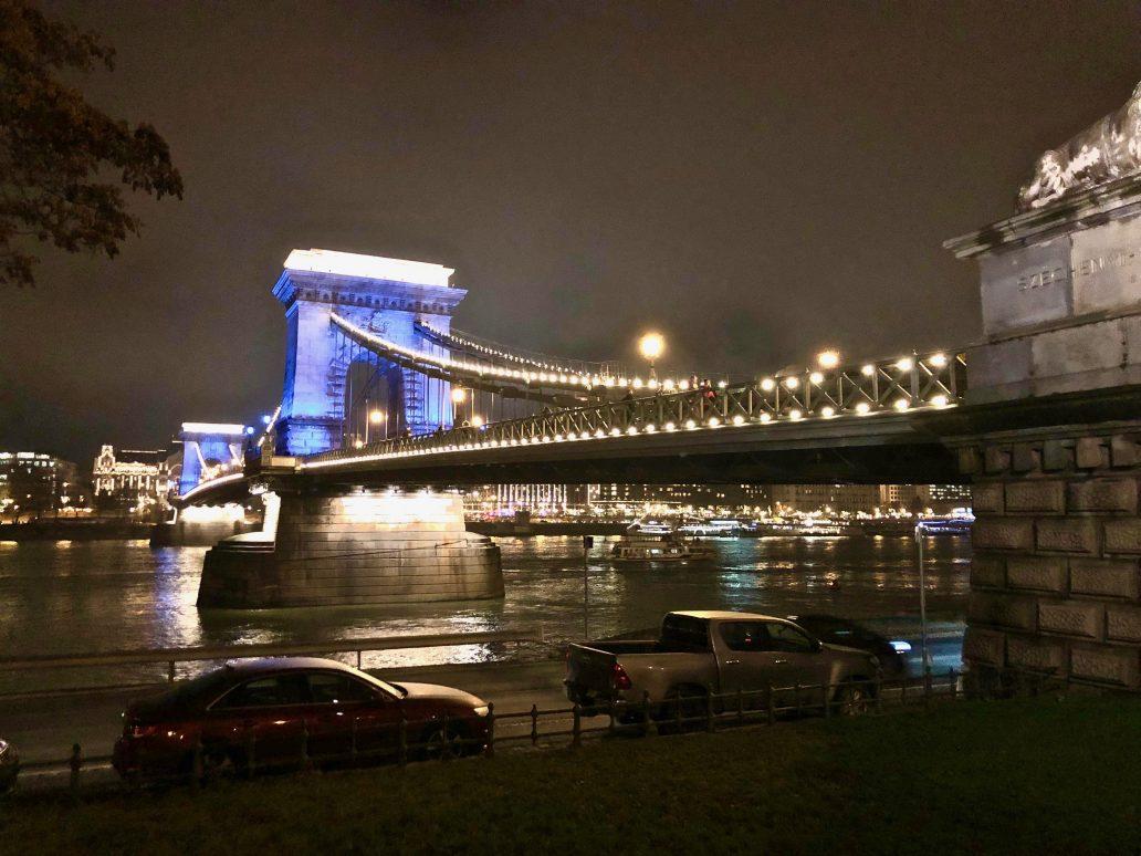 Le pont des chaînes la nuit à Budapest