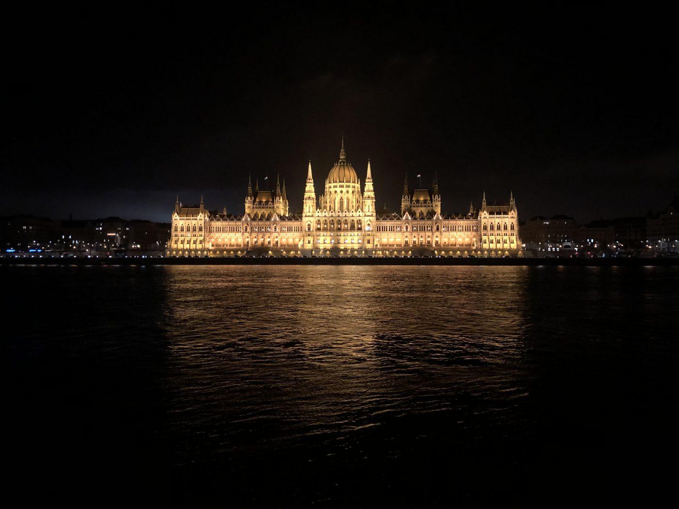 Le splendide parlement de Budapest semble flotter sur le Danube
