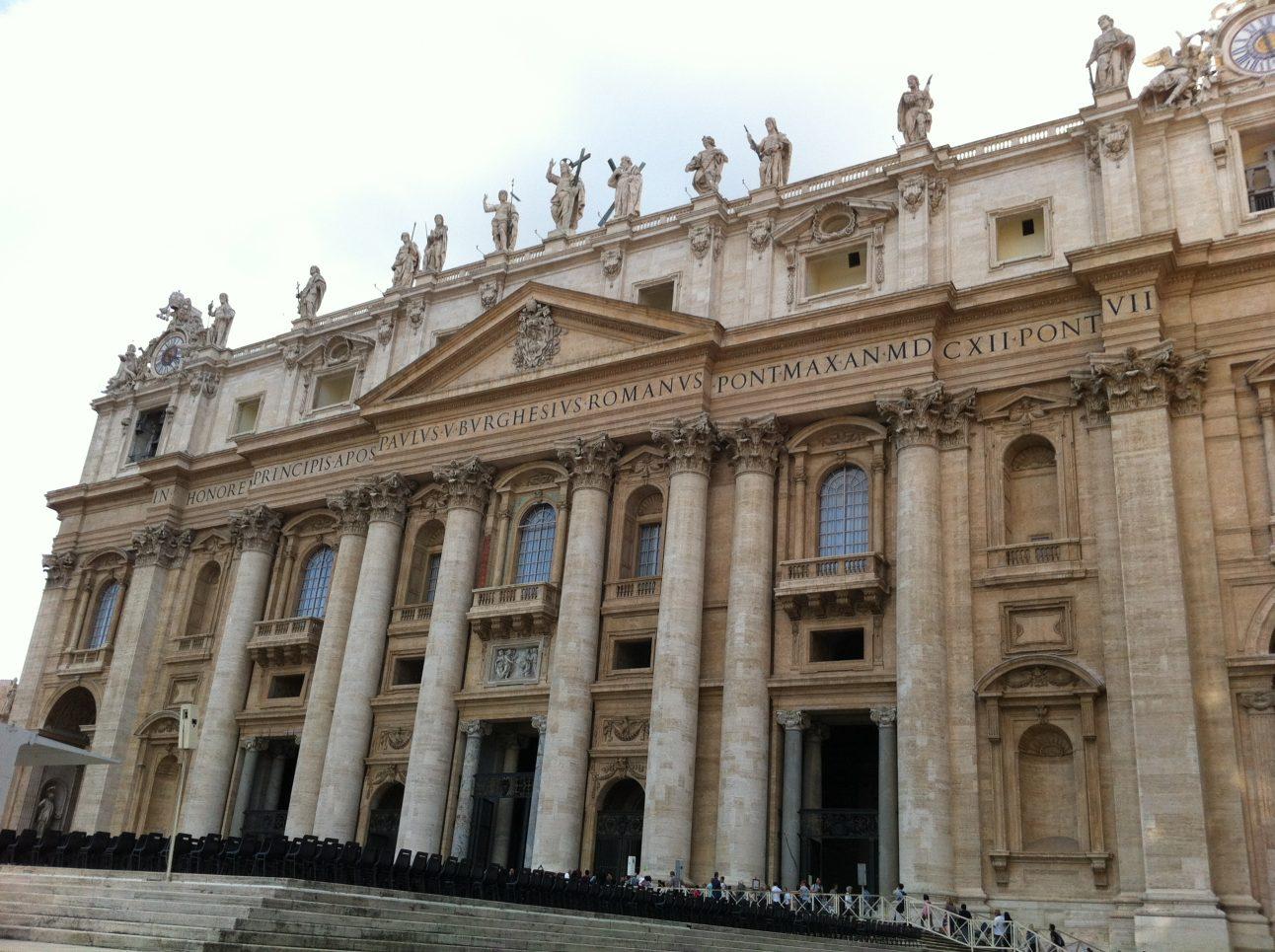 L'entrée vers la Basilique Saint-Pierre