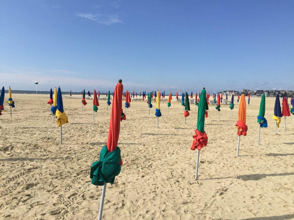 Les parasols de la belle plage de Deauville