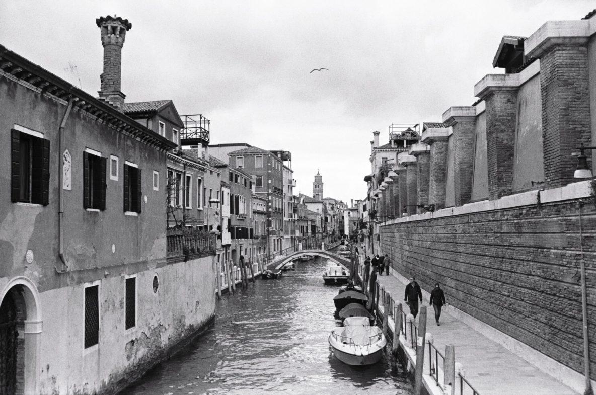 L'un des canaux de Venise photographié en noir et blanc. photo Yann Vernerie