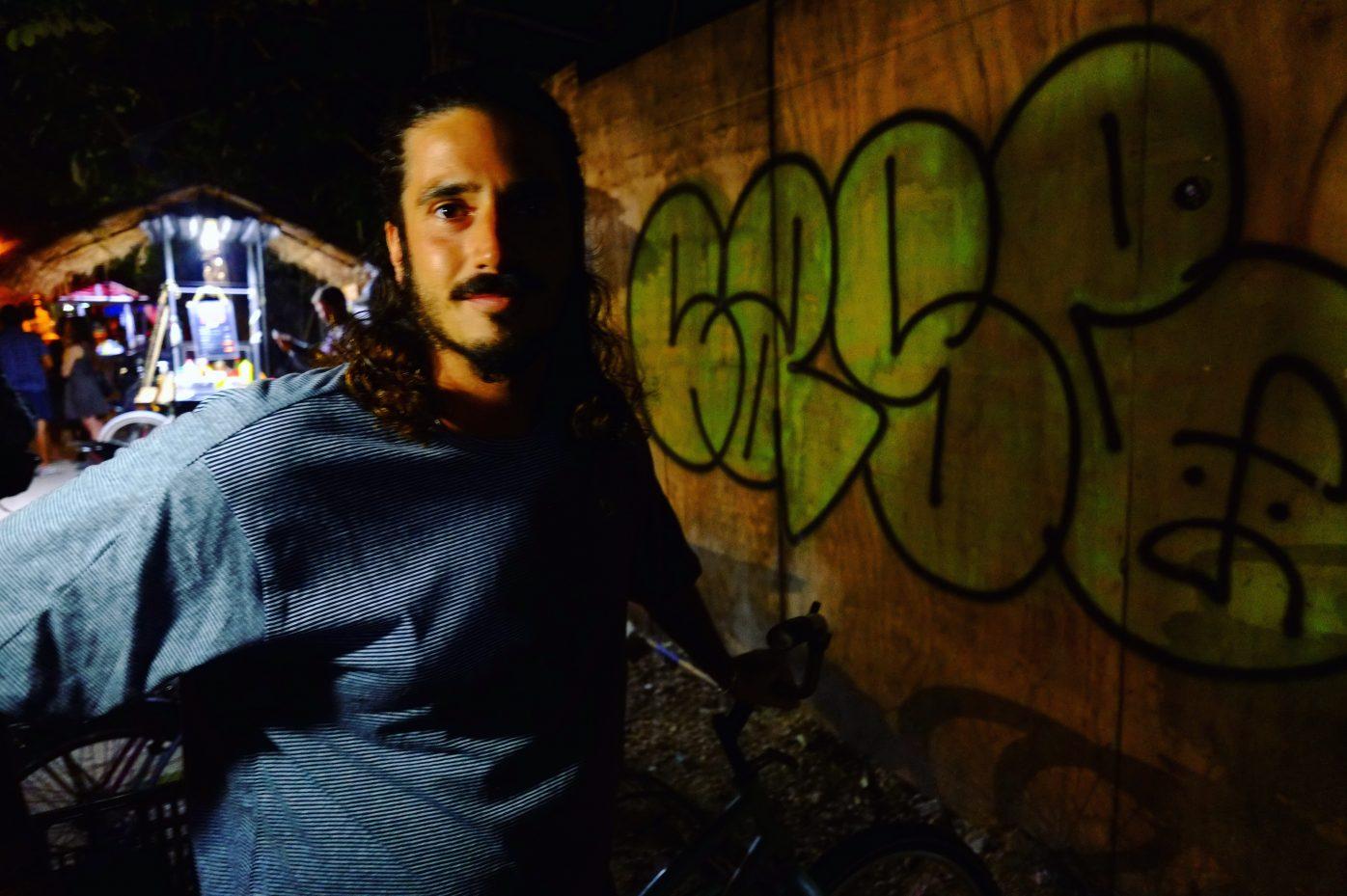 Portrait dans les rues de Tulum la nuit