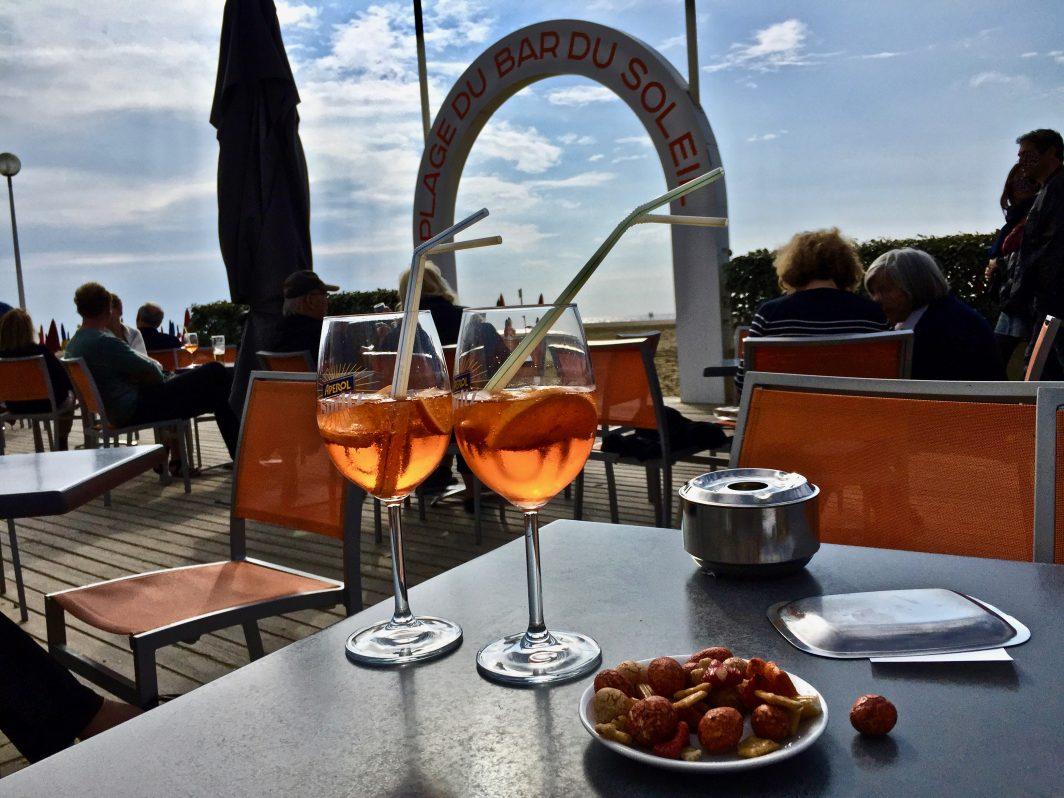 Prendre un verre sur les planches de Deauville