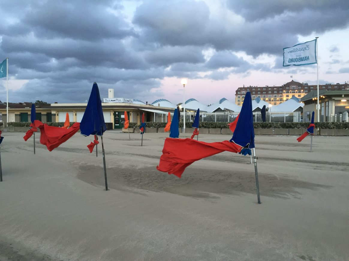 Que faire à Deauville ? pourquoi ne pas se balader sur la plage.